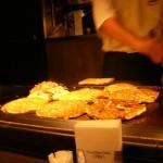 De eerste avond ging ik Okinomiyaki eten een soort omelet met vanalles-en-nogwat erin.