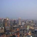 En als het nacht begint te worden heb je nog steeds een mooi uitzicht vanaf het Umeda Sky Building.