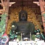 En in Nara is een ontzettend groot Boeddha-standbeeld. De hal waar deze in staat schijnt het grootste houten gebouw ter wereld te zijn.