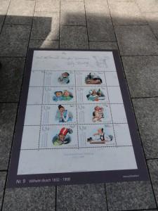 Een afbeelding van een velletje postzegels op straat in Vaduz.